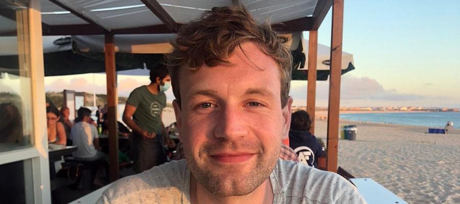 Christian Schlender im Restaurant am Stand von Peniche, Portugal